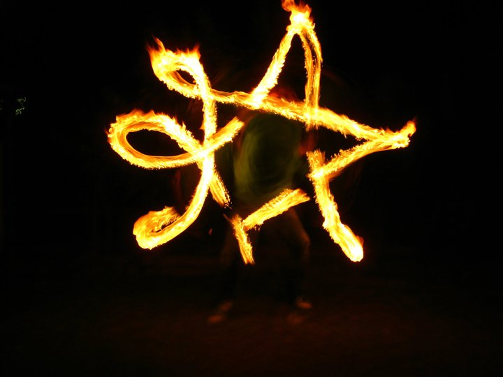Duncan Greenwood practicing anti-spin flower patterns with fire flower sticks - slow shutter photography. - Flow DNA